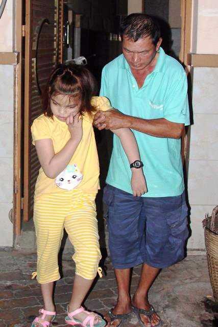 Vợ chồng ông Bảo Tài rời quê lên Sài Gòn thuê trọ để tiện cho việc chữa bệnh, bấm huyệt cho con gái.