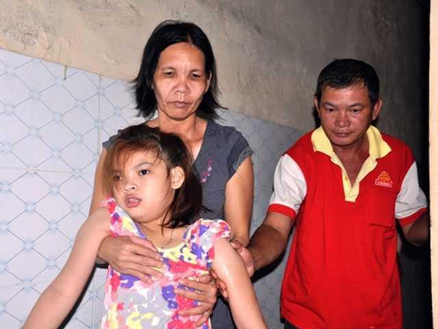 Hằng ngày, ông Bảo Tài đi làm phụ hồ, vợ ông xin làm quét rác cho một cơ sở gần nhà trọ để tiện chăm sóc con gái.