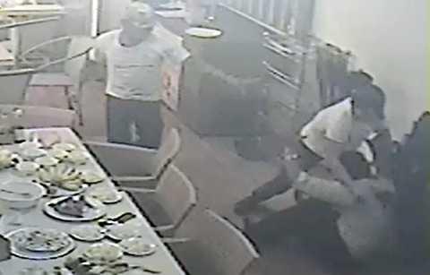 Hai thanh niên lao vào đâm ông Phụng. Ảnh cắt từ clip.