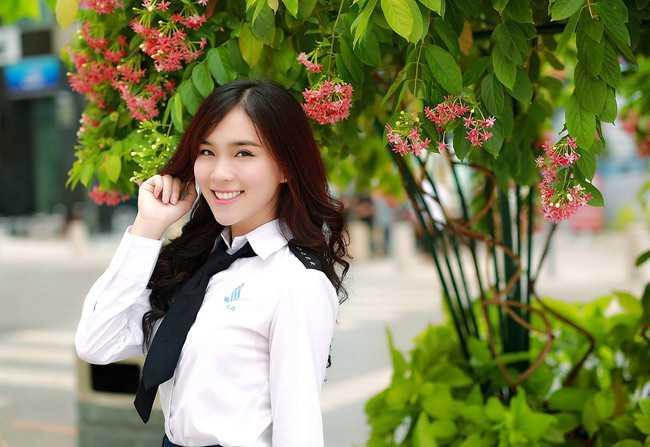 Cô bạn cũng đặc biệt yêu thích bộ đồng phục của nhân viên làm việc tại   sân bay. Trong bộ đồng phục đó, Phương TiTi toát lên vẻ năng động,   trưởng thành và cá tính.