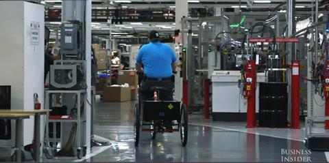 Với quy mô rộng lớn của nhà máy này, các nhân viên phải di chuyển bằng xe đạp