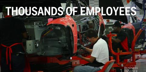 Mặc dù, phần lớn quy trình sản xuất đã   được thực hiện bằng robot, nhưng Tesla vẫn phải thuê tới hàng nghìn công   nhân cho những chi tiết thủ công.