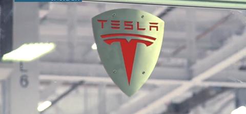 Logo của Tesla luôn gắn liền với các siêu xe hiện đại