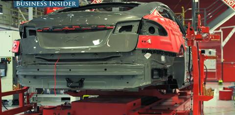 Phần lớn quy trình sản xuất xe hơi của Tesla được thực hiện bằng các robot khổng lồ