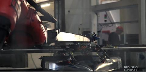 Phần lớn các chi tiết trên xe hơi Tesla đều được gia công bằng robot thông minh