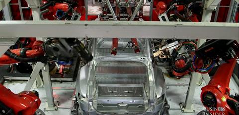 Quy trình này có đến 4 cánh tay robot ở bốn góc, cho hiệu quả sản xuất tối đa