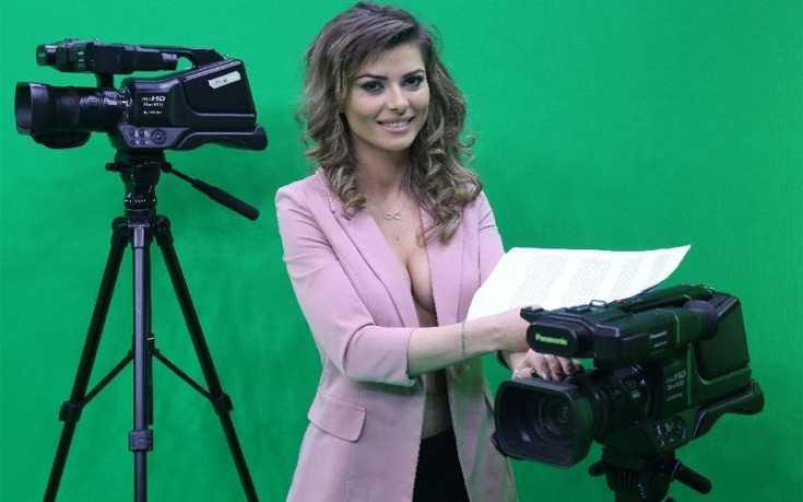 Nữ MC trước khi lên hình.
