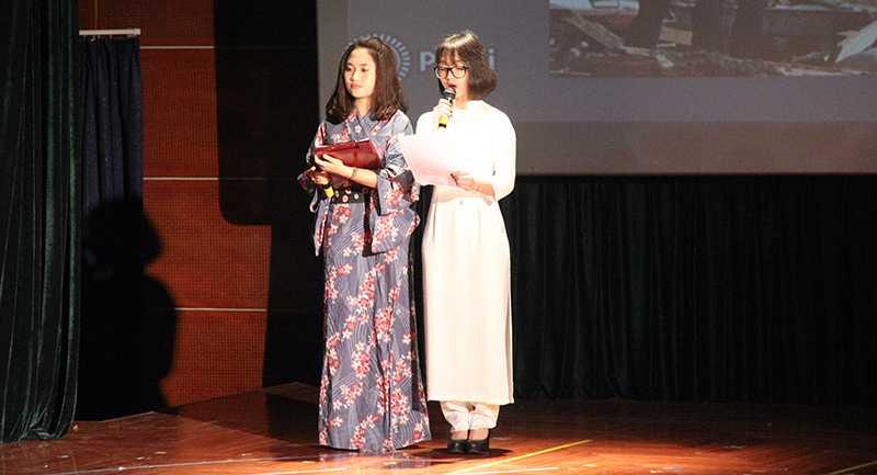 """Hai cô gái Lê Anh Quyên và Mai Hoàng Hà Thu   (THPT Kim Liên) với tình yêu lớn dành cho đất nước Nhật Bản đã khiến cả   hội trường bất ngờ khi có bài thuyết trình ấn tượng về """"Sức mạnh vô hình   của người Nhật Bản""""."""