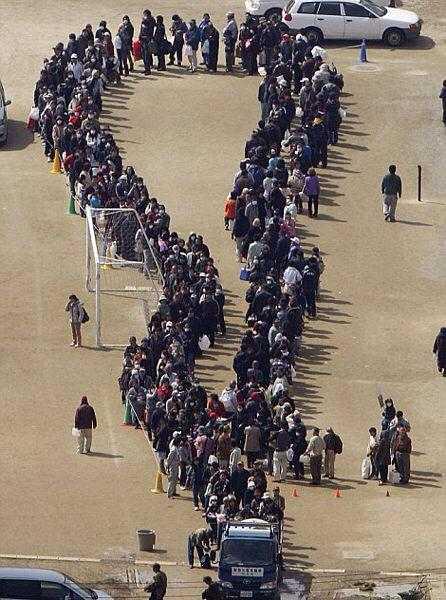 Người dân Nhật Bản xếp hàng dài nhận cứu trợ nhưng rất ý thức và trật tự.