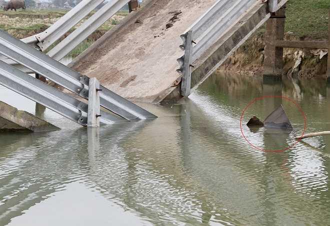 Sà lan chìm nghỉm chỉ còn vài mối sắt nổi lên. Theo người dân, khúc kênh này sâu khoảng 2 m.