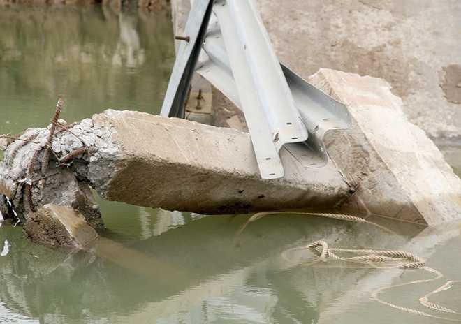 Trụ giữa của cầu bị sà lan tông gãy