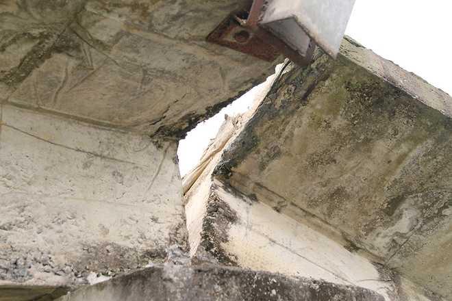 Một số đoạn bê tông trên cầu đứt toác