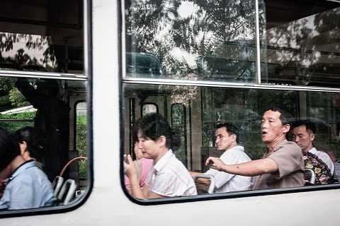 Người dân hối hả đi làm trên những chiếc xe  xe chạy bằng than đá hoặc than củi