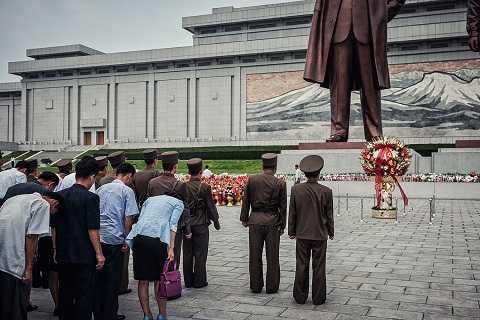 Người dân tỏ lòng kính trọng trước bức tượng của cố chủ tịch Kim Nhật Thành