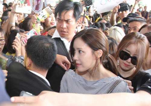 Tuy nhiên, khi vừa bước ra cửa, sự cuồng nhiệt của fan Việt đã khiến sân bay rơi vào cảnh náo loạn khiến các cô nàng hoảng sợ.