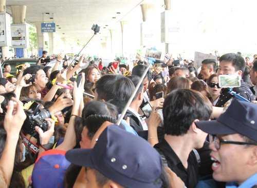 Hàng trăm fan nháo nhào rượt đuổi thần tượng khiến khung cảnh sân bay trở nên hỗn loạn.
