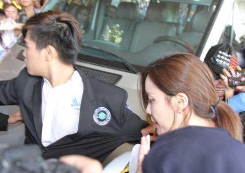 Hàng chục bảo vệ đã phải làm việc cật lực để đưa các cô gái nhóm T-ara lên xe an toàn.