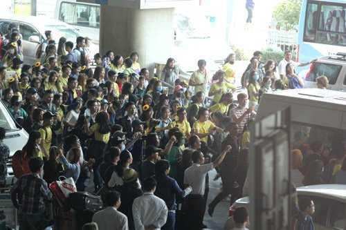 Nhiều fan Việt cuồng nhiệt chạy theo xe vẫy chào thần tượng.