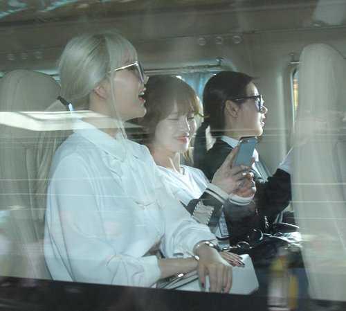 T-ara nở nụ cươi tươi khi an toàn trên xe. Đây cũng là nhóm nhạc nữ Hàn Quốc nổi tiếng và sở hữu lượng fan đông đảo tại Việt Nam.