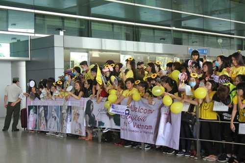 Trước đó, hàng trăm fan T-ara đã có mặt tại sân bay từ sáng sớm để giăng băng rôn, mặc áo đồng phục và cài hoa lên tóc chờ đợi thần tượng.