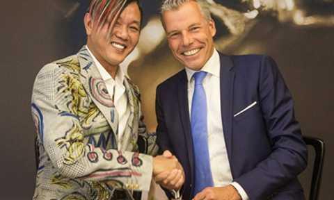 Stephen Hung (trái) và CEO Rolls Royce - Torsten Mueller-Oetvoes. Ảnh: ABC News.