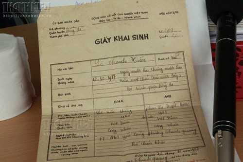 Giấy khai sinh bản gốc của chị Lê Thanh Hiền, trong đó ghi rõ, sinh ngày 12/12/1987, nơi sinh là nhà hộ sinh quận Đống Đa - Ảnh: Lê Nam