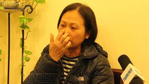 Bà Phan Thị Tuyết Hoa chia sẻ với Thanh Niên câu chuyện bất hạnh của mình - Ảnh: Lê Nam