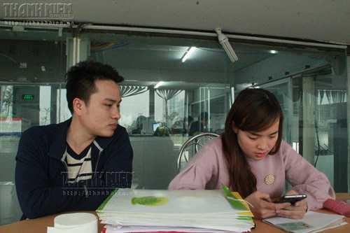 Chị Lê Thanh Hiền và chồng chạy khắp nơi tìm mẹ đẻ cho mình, và con ruột cho mẹ Hoa - Ảnh: Lê Nam