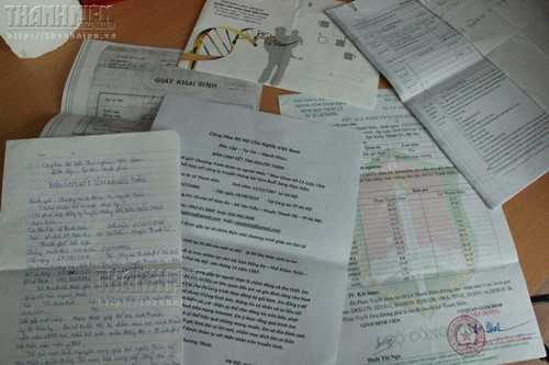 Những giấy tờ, thông tin chị Hiền đi tìm mẹ suốt thời gian qua - Ảnh: Lê Nam