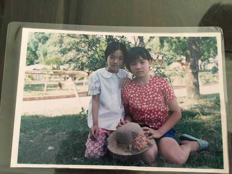 Chị Hiền  (phải) càng lớn càng khác với chị em trong nhà.