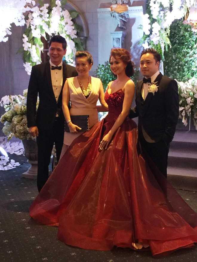 Vợ chồng Bình Minh - Anh Thơ là một trong những khách mời đầu tiên đến chúc mừng hạnh phúc đồng nghiệp. Cô dâu Đinh Ngọc Diệp duyên dáng và quyến rũ trong bộ đầm đỏ màu rượu, cùng chú rể chụp ảnh với khách mời.