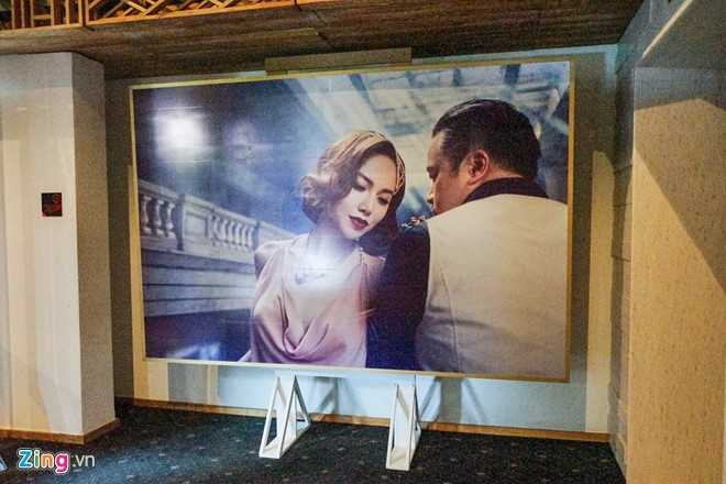 Hình ảnh cô dâu, chú rể mang đậm dấu ấn cổ điển của thập niên 1920. Thậm chí, trang phục, phụ kiện và lối trang điểm của cô dâu khiến người xem liên tưởng đến bộ phim Gatsby.