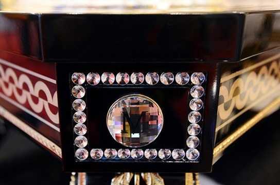 Thủy tinh Murano của Ý và các hạt pha lê Swarovski của áo được trang trí xung quanh bộ bàn ghế.