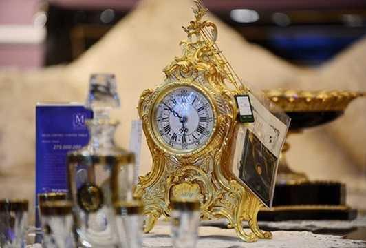 Đi kèm với bộ bàn ghế là đồng hồ bằng đồng được đúc thủ công, mạ vàng 24K, giá hơn 200 triệu đồng.