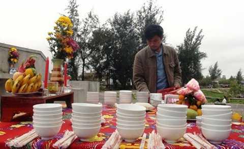 Mâm giỗ đặc biệt được bày đủ 64 bộ bát đũa và các lễ vật theo phong tục.