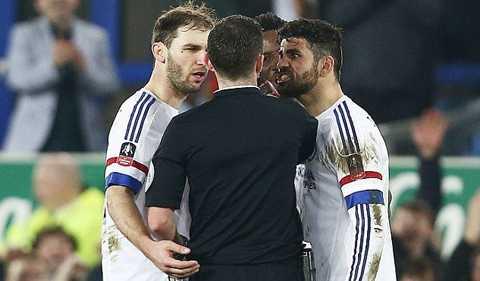 Costa lao vào như muốn 'ăn sống nuốt tươi' cả trọng tài Oliver.