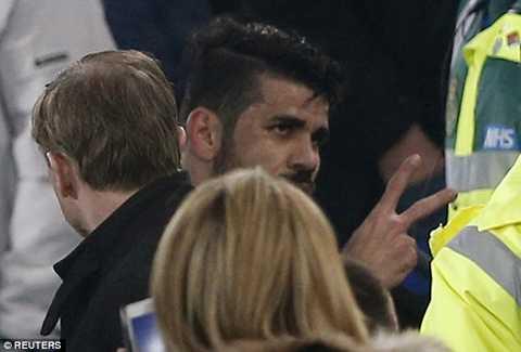 Chưa hết, khi rời sân, anh còn khiêu khích cả CĐV Everton.