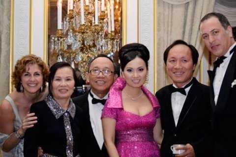 Hà Phương (váy tím) bên cạnh ông xã - tỷ phú Chính Chu (đứng cạnh bên phải)
