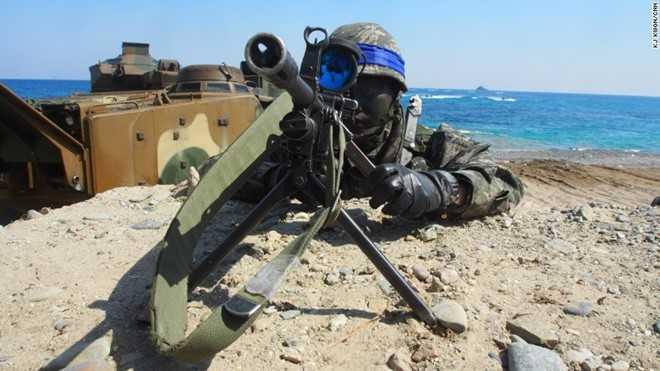 Một binh sĩ thủy quân lục chiến Hàn Quốc ngắm bắn trên một khẩu súng trường bắn tỉa