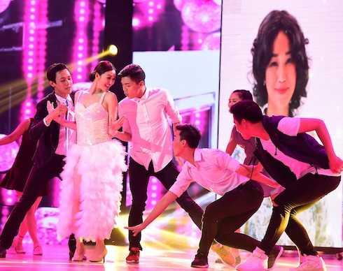 Cô nhận được sự thán phục của các thành viên trong hội đồng giám khảo vì thể hiện xuất sắc điệu nhảy của một bà lão.