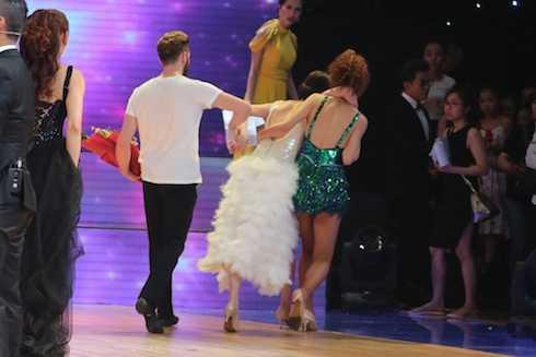 Hoa hậu Jennifer Phạm cùng bạn nhảy đưa cô vào cánh gà.