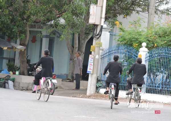Có thể bắt gặp nhiều người mặc áo bà ba búi tóc  ở  Long Sơn