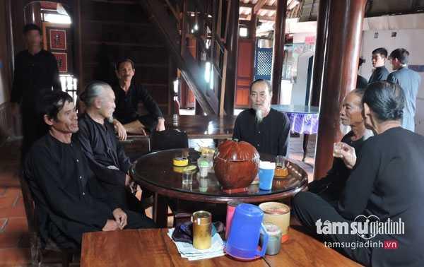 Các bậc cao niên họp bàn việc của xã