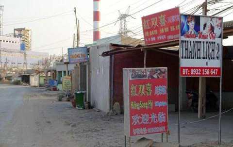 Tra Vinh  Các biển hiệu đều gắn tiếng Trung lớn, nổi bật. Tiếng Việt nhỏ xíu, thậm chí không có.