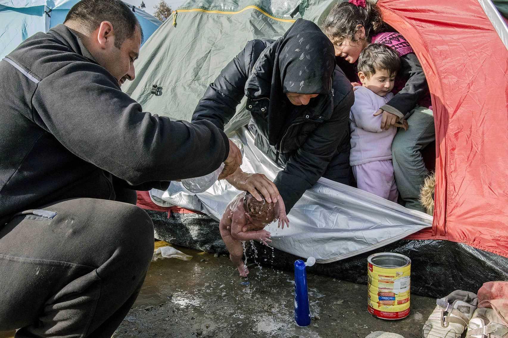 Hình ảnh em bé được rửa ngay tại lều sau khi sinh