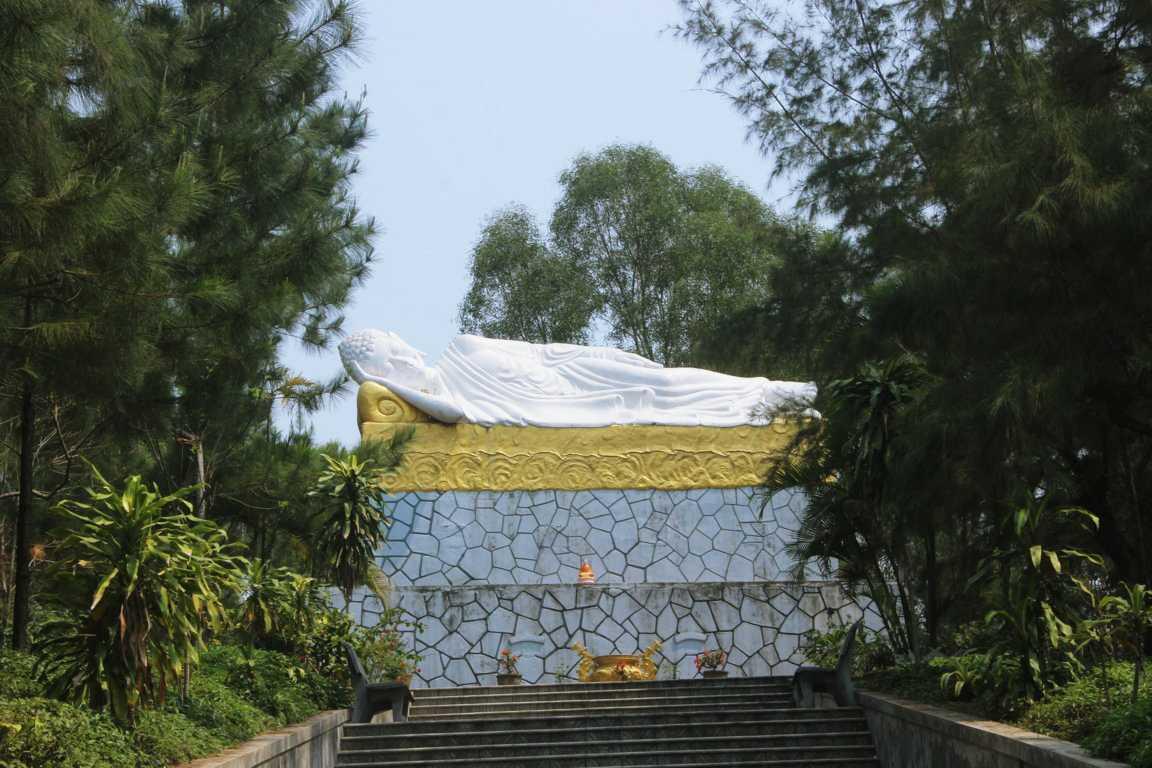 Bảo tượng Thế tôn Niết Bàn đang nằm với chiều dài trên 8 mét.