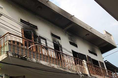 Ngôi nhà tại tầng hai bị ngọn lửa thiêu rụi vật dụng
