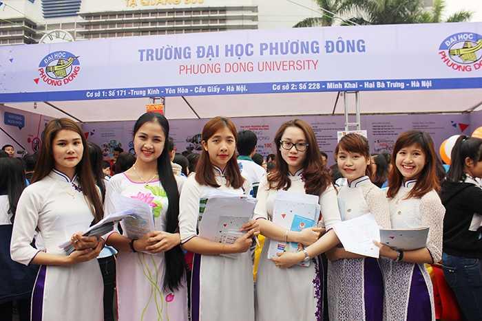 Nữ sinh Đai học Phương Đông đẹp tinh khôi trong ngày hội.