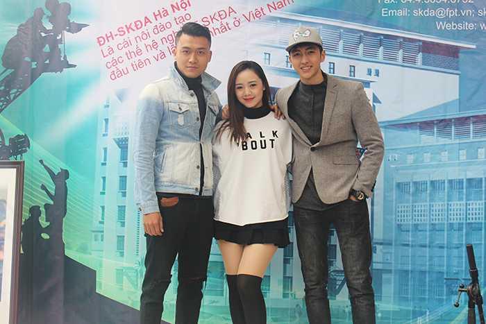Nam vương Xuân Phúc, diễn viên trẻ Quỳnh Kool và hot boy Bình An tham gia tư vấn tại khu vực Đại học Sân khấu Điện ảnh.