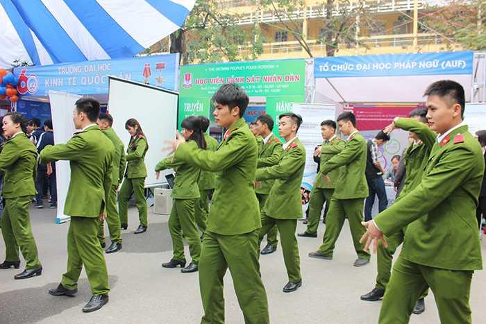 Học viên Học viện Cảnh sát nhảy dân vũ tại khu vực tư vấn tuyển sinh của trường.